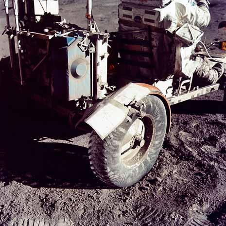 Il parafango riparato con nastro adesivo nella missione Apollo 17