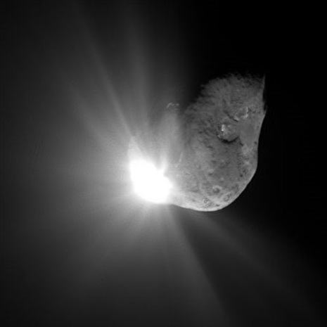 L'immagine dell'impatto della sonda, grande come un elettrodomestico, sulla cometa Tempel 1