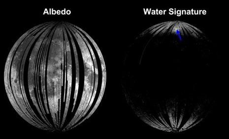 l'immagine a sinistra mostra l'albedo e cioè la quantità di luce riflessa dalla superficie della Luna, mentre l'immagine a destra mostra le zone dove si ha l'assorbimento nell'infrarosso da parte delle molecole d'acqua e del radicale idrossile