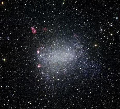 La galassia di Barnard o NGC  6822. Di forma irregolare, mostra benissimo alcune nebulose (notare quella a sinistra in alto) ed è luogo di intensa formazione stellare