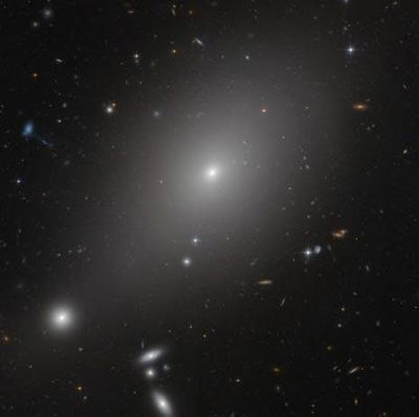 La gigantesca galassia ellittica ESO 306-17