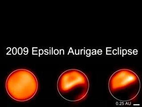 Tre immagini che mostrano chiaramente l'eclissi del disco di polvere che eclissa Epsilon Aurigae