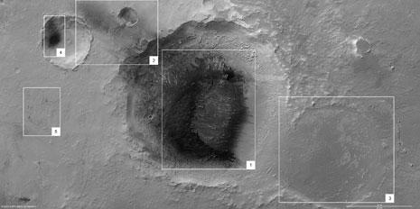 Al centro, il cratere da impatto quasi completamente sporcato dalla cenere