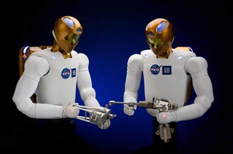 I robot – chiamati Robonaut2, R2 – sono stati impostati per utilizzare gli stessi strumenti degli umani