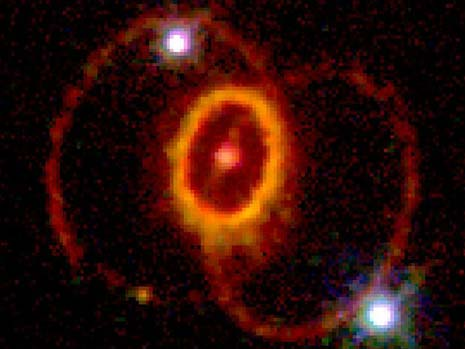 La strana forma ad anelli della nebulosa causata dall'esplosione della supernova 1987A