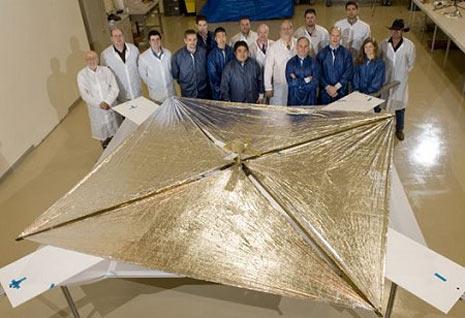 in questa foto vediamo il team della sonda NanoSail-D