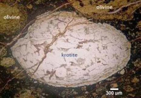 La kronite trovata all'interno della meteorite NWA 1934, sembra proprio un uovo spaccato