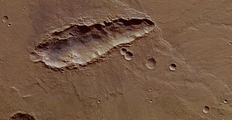 cratere allungato di Marte, a sud del più famoso e grande cratere di Huygens