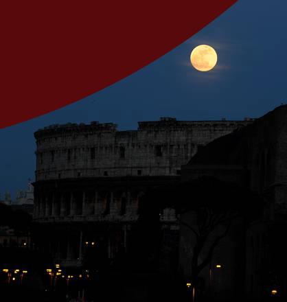 la Luna e una nana bruna sopra al Colosseo