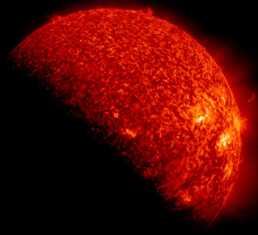 La sonda SDO ha osservato un'eclissi parziale di Sole, che l'ha distratta dalla sua routine quotidiana