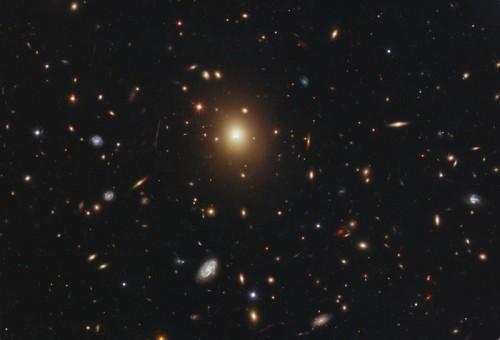 una gigantesca galassia ellittica senza buco nero