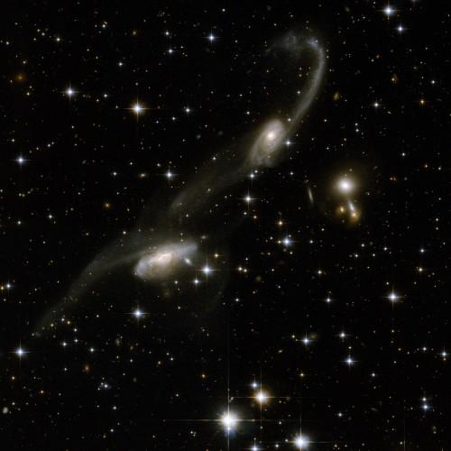 ESO 69-6, una coppia di galassie che interagiscono