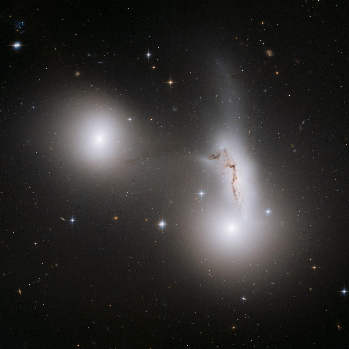 l'interazione fra tre galassie