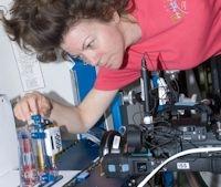 L'astronauta Cady Coleman esegue un test del flusso degli angoli interni tramite l'Esperimento del Flusso Capillare
