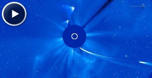 Un video dal Solar and Heliospheric Observatory mostra il passaggio ravvicinato della $Cometa$ ISON nel Giorno del Ringraziamento