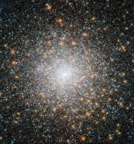 L'ammasso globulare Messier 15 in un'immagine composita delle riprese con la Wide Field Camera 3 e la Advanced Camera for Surveys del telescopio spaziale Hubble nelle bande ultravioletta, infrarossa e visibile dello spettro elettromagnetico. Crediti: NASA, ESA