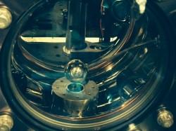 Una fotografia dell'apparato sperimentale. La sfera (al centro) ha un diametro di 25mm. L'esperimento misura la forza che si esercita tra gli atomi e la parte superiore della sfera. Crediti: Holger Müller