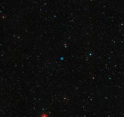 Questa immagine mostra il cielo intorno alla posizione di ESO 378-1. Questa nebulosa planetaria appare chiaramente come un disco blu al centro della figura. L'immagine è stata ottenuta dalle fotografie create dal Digitized Sky Survey 2.
