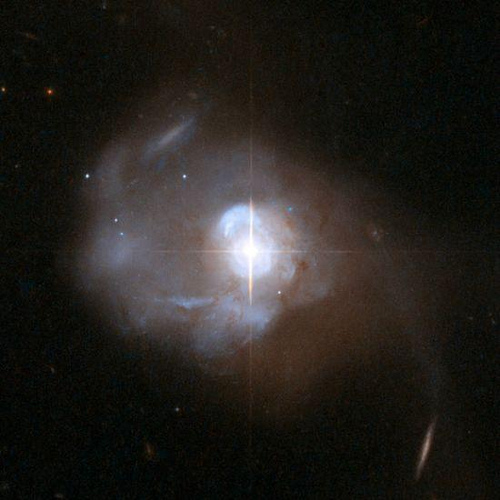 L'immagine di Markarian 231, ripresa dal telescopio spaziale Hubble, mostra un nucleo brillante di tipo stellare. L'oggetto si trova a 581 milioni di anni luce ed è il quasar più vicino alla Terra. Credit: NASA, ESA, the Hubble Heritage Team (STScI/AURA)-ESA/Hubble Collaboration, and A. Evans (University of Virginia, Charlottesville/NRAO/Stony Brook University)