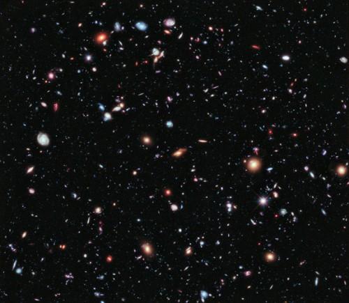 Chiamato l'eXtreme Deep Field, o XDF, la foto è stata realizzata combinando 10 anni di fotografie del NASA Hubble Space Telescope prese in una porzione di cielo al centro dell'originale campo ultra profondo di Hubble. L'XDF è una piccola frazione del diametro angolare della Luna piena. L'immagine è stata rilasciata il 25 Settembre 2012. Credit: NASA, ESA, G. Illingworth, D. Magee, e P. Oesch (University of California, Santa Cruz), R. Bouwens (Leiden University), e l'HUDF09 Team