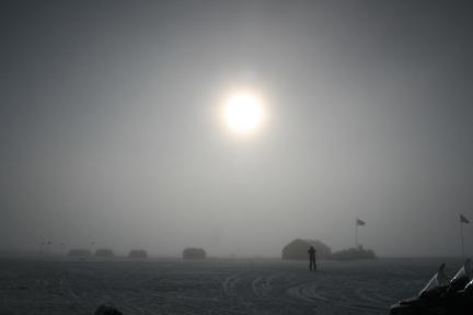 Il Sole illumina la stazione di ricerca NEEM nella Groenlandia settentrionale. Photo by: Raimund Muscheler