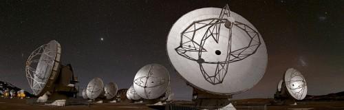 Questa vista panoramica del Chajnantor Plateau, che si espande per circa 180 gradi da nord (a sinistra) a sud (destra), mostra alcune delle antenne che compongono la schiera di ALMA. Crediti: ESO/B. Tafreshi