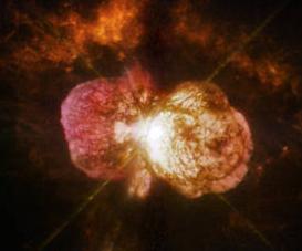 Rielaborazione di un'immagine della nebulosa dell'Omunculo ripresa dallo Hubble Space Telescope. Nebulose come questa si formano per effetto dei venti stellari, che rimuovono ingenti quantità di massa dalla superficie stellare. Se una stella perde troppa massa per venti stellari nel corso della sua vita non può formare un buco nero stellare massiccio come quelli visti da LIGO/Virgo. Crediti: NASA, ESA, and the Hubble SM4 ERO Team
