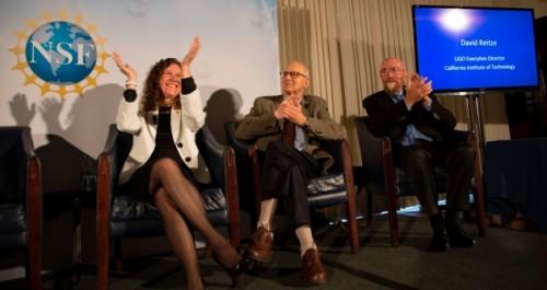 Gabriela Gonzalez, Rainer Weiss e Kip Thorne (sinistra-destra) applaudono mentre il direttore esecutivo David Reitze di LIGO annuncia la rilevazione delle onde gravitazionali.