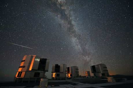 Una suggestiva immagine notturna del Very LArge Telescope dell'ESO, in Cile (Cortesia ESO)