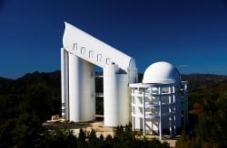 Gou Shou Jing, il più grande telescopio esistente in Cina, si trova nella regione a nord est del paese. È noto anche come Large Sky Area Multi-Object Fibre Spectroscopic Telescope, o LAMOST
