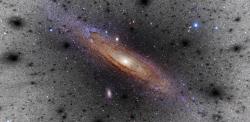 Illustrazione degli addensamenti di materia oscura attorno ad una galassia simile alla Via Lattea. Crediti: V. Belokurov, D. Erkal, S.E. Koposov (IoA, Cambridge. Foto a colori di M31: Adam Evans
