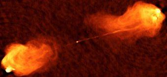 Immagine in banda radio di Cygnus A, un esempio classico di galassia attiva che esibisce due spettacolari getti relativistici emergenti dal centro della galassia dove risiede il buco nero supermassivo. Crediti: NRAO
