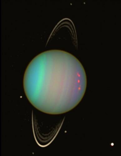 Urano a falsi colori visto dal telescopio spaziale Hubble della NASA nell'agosto 2003. La luminosità dei fiochi anelli del pianeta e delle sue lune scure è stata esaltata per migliorarne la visibilità. Crediti: NASA / Erich Karkoschka (Univ. Arizona)