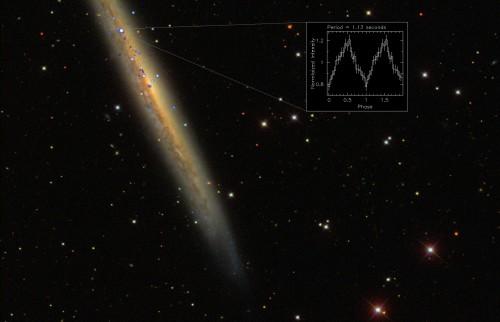La pulsar record denominata NGC 5907 ULX si trova nella galassia a spirale NGC 5907. L'immagine mostra l'emissione nei raggi X (in blu) individuata dai telescopi spaziali XMM-Newton dell'ESA e Chandra della NASA sovrapposta alle osservazioni nella banda visibile della Sloan Digital Sky Survey. Crediti: ESA/XMM-Newton, NASA/Chandra & Sloan