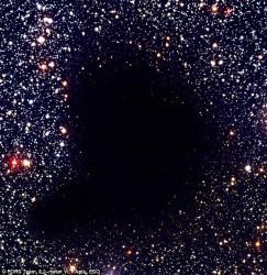 Nube Oscura Barnard 68. Un tipico esempio di come una nube molecolare ci impedisce di osservare ciò che si trova al suo interno se usiamo la banda dell'ottico.