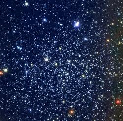 L'ammasso stellare NGC 6791 nella costellazione della Lira contiene diverse migliaia di stelle ad una distanza di oltre 13 mila anni luce dalla Terra e in cui le stelle hanno mantenuto allineati i loro assi di rotazione. Crediti Kitt Peak Observatory