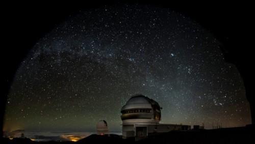 Il telescopio Gemini Nord (in primo piano, a destra) e il Canada-France-Hawaii Telescope sullo sfondo (a sinistra). La fotografia è stata scattata durante le osservazioni effettuate sugli oggetti della fascia di Kuiper che hanno portato alla stesura dell'articolo apparso su Nature Astronomy. Come si può notare i due telescopi puntano nella stessa direzione. Crediti: Gemini Observatory/AURA, foto di Joy Pollard