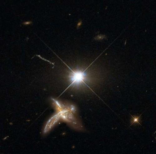 Rappresentazione artistica di un merging fra due galassie accanto a un quasar. Crediti: Mpia con materiale di Nasa/Esa Hubble Space Telescope