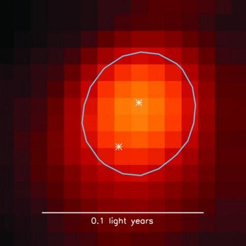 Un'immagine Radio di un giovanissimo sistema stellare binario (all'incirca meno di 1 milione di anni di età), che si sta formando all'interno di un denso nucleo (contorno ovale) nella nube molecolare Perseo. Tutte le stelle si formano probabilmente come sistemi binari all'interno di densi nuclei. Credit: SCUBA-2 immagine indagine di Sarah Sadavoy, CFA
