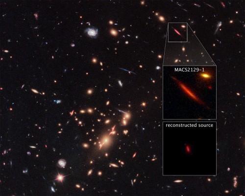 """Come un vero e proprio """"telescopio naturale"""" nello spazio, la forza di gravità esercitata dall'ammasso di galassie in primo piano MACS J2129-0741 ingrandisce, rende più brillante e distorce la ben più lontana galassia MACS2129-1, evidenziata nel riquadro superiore. Il riquadro centrale offre una vista completa dell'oggetto celeste, mentre quello in basso mostra la galassia come apparirebbe senza le distorsioni introdotte dall'ammasso in primo piano. Crediti: NASA, ESA, e S. Toft (University of Copenhagen), M. Postman (STScI) e il team CLASH"""