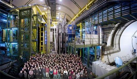 I ricercatori della collaborazione LHCb all'interno della struttura che ospita l'esperimento (Cortesia CERN)