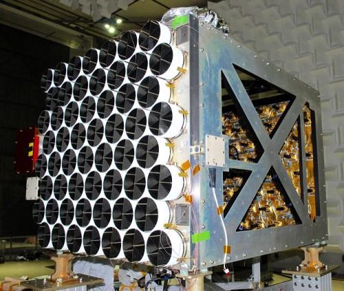 Il telescopio spaziale assemblato: si vedono a sinistra i concentratori (con coperture) e a destra i rivelatori al silicio. - Credit: NASA