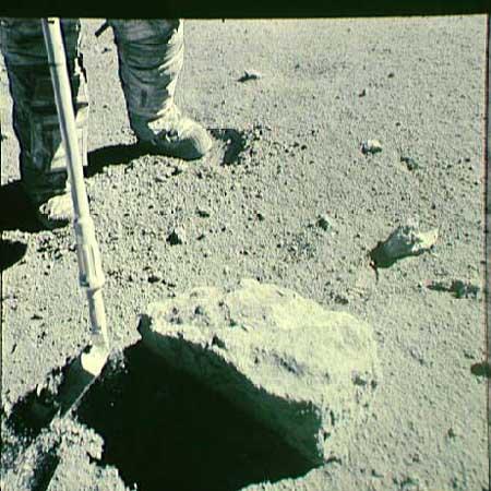 La raccolta del campione 66095 Rusty Rock (Foto NASA)