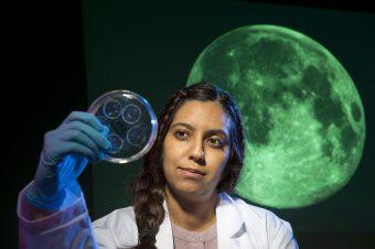 Sonia Tikoo-Schantz esamina frammenti di suolo lunare. Crediti Rutgers University
