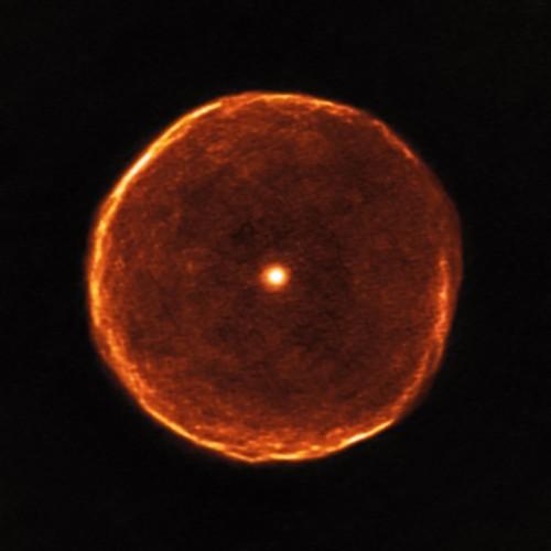 Questa immagine ALMA rivela strutture molto più fini nell'involucro di U Antliae di quanto sia stato possibile rilevare in precedenza. Circa 2700 anni fa, U Antliae ha attraversato un breve periodo di rapida perdita di massa. Durante questo periodo di poche centinaia di anni, il materiale che costituiva il guscio (visto nei nuovi dati ALMA) è stato espulso ad alta velocità. L'esame di questo guscio in dettaglio inoltre mostra alcune prove di sottili, evanescenti nuvole note come sottostrutture filamentose.