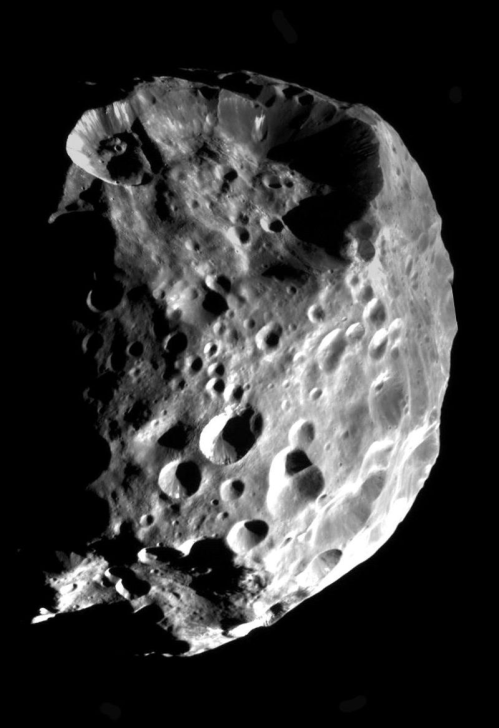 un bel primo piano di Febe, ad opera della gloriosa sonda Cassini