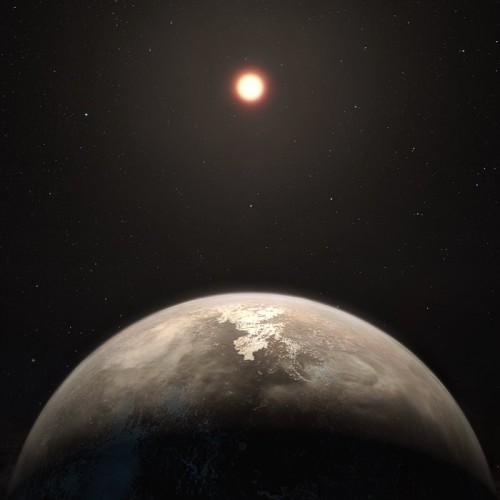 Questa rappresentazione artistica mostra il pianeta dal clima temperato, Ross 128 b, con la sua stella madre, una nana rossa, sullo sfondo. Crediti: ESO/M. Kornmesser