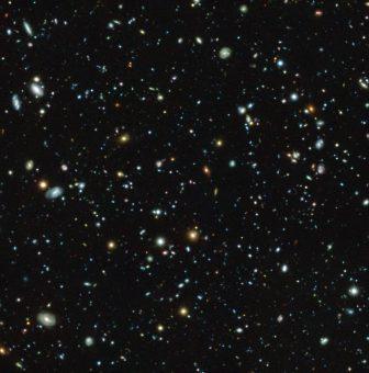 Il campo ultra-profondo (Ultra Deep Field) di Hubble, una regione piccolissima ma molto studiata nella costellazione della Fornace, osservata dallo strumento Muse installato al Vlt dell'Eso. Crediti: Eso/Musa Hudf collaboration (cliccare per ingrandire)