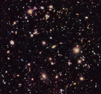 Il campo ultra-profondo di Hubble 2012, una versione aggiornata del campo ultra-profondo di Hubble con un maggior tempo di osservazione. I nuovi dati hanno mostrato per la prima volta una popolazione di galassie lontane a redshift tra 9 e 12, tra cui l'oggetto più lontano osservato finora. Queste galassie richiedono conferma spettroscopica con il prossimo telescopio spaziale James Webb della Nasa/Esa/Csa, prima di essere confermate definitivamente. Crediti: Nasa, Esa, R. Ellis (Caltech) e il teal 2012 Hudf (cliccare per ingrandire)