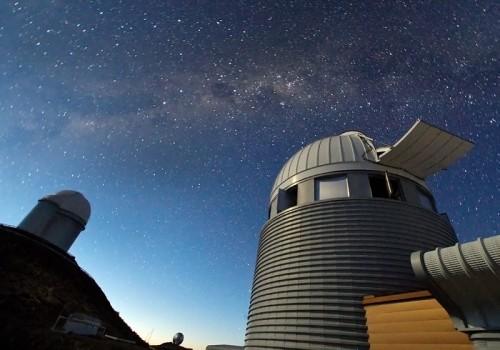 Il telescopio di 3.6 metri fornisce dimora a HARPS (High Accuracy Radial velocity Planet Searcher), uno spettrografo di una precisione senza pari e possessore di diversi record nel campo della ricerca di pianeti extraterrestri, compresa la scoperta dell'ultimo enorme pianeta extraterrestre e di quello più piccolo mai misurato. Insieme a HARPS, il telescopio Leonhard Euler ha permesso agli astronomi di scoprire sei pianeti extraterrestri da un campione di 27 che orbitavano nella direzione opposta alla rotazione della loro stella ospitante – fornendo un'inaspettata e importante sfida alle recenti teorie sulla formazione di pianeti. Crediti: Iztok Bončina/ESO